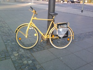 Ein bunt bemaltes Fahrrad mit Werbetafel als Werbemassnahme des Guerillamarketing